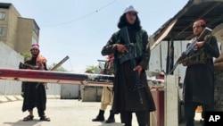 Боевики Талибана у американского посольства в Кабуле. 17 августа 2021