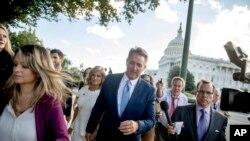 TNS Jeff Flake, R-Ariz., cùng phu nhân Cheryl, rời Điện Capitol ở Washington, hôm thứ Ba, 24/10/2017, sau khi loan báo sẽ không ra tái tranh cử trong cuộc bầu cử năm 2018. (AP Photo/Andrew Harnik)