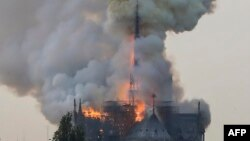 Khói bốc lên cuồn cuộn từ phía trên Nhà thờ Đức Bà Paris
