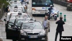Xe cảnh sát dẫn đường các xe taxi tham gia cuộc biểu tình ở Paris, 15/12/14