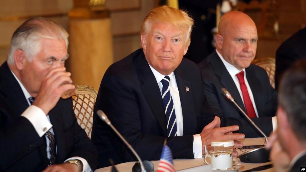 Президент США Дональд Трамп (в центре)