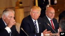 资料照片:麦克马斯特(右)与美国总统特朗普在布鲁塞尔。(2017年5月24日)
