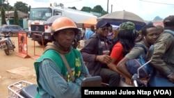 Jean Baptiste Essama, conducteur de moto -taxi à Mbankomo, le 20 juin 2017. (VOA/Emmanuel Jules Ntap)