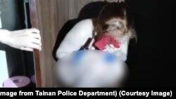 Một nữ du khách Việt Nam hành nghề mại dâm tại Đài Loan bị bắt khi đang trốn trong tủ quần áo trong tình trạng khỏa thân.