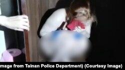 Một khách du lịch Việt Nam bị cảnh sát Đài Loan bắt khi trốn trong tủ và không mặc gì tại một nhà thổ ở thành phố Đài Nam. (Image from Tainan Police Department)