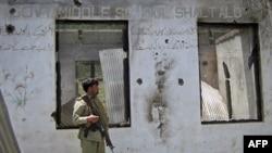 Binh sĩ Pakistan canh gác tại hiện trường sau vụ đụng độ giữa các phiến quân và lực lượng an ninh ở Upper Dir, dọc biên giới Pakistan-Afghanistan, ngày 3/6/2011