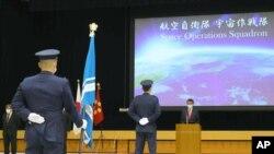 Menteri Pertahanan Jepang, Taro Kono menyampaikan pidato saat peluncuran Skuadron Operasi Antariksa di kantornya di Tokyo, 18 Mei 202.