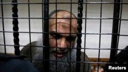 Ulama radikal Abu Qatada berbicara pada media ketika ia dibebaskan oleh pengadilan Amman, Yordania (24/9).