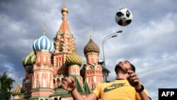Un homme jongle sur la Place Rouge, Moscou, le 9 juin 2018