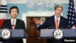 윤병세 한국 외교장관(왼쪽)과 존 케리 미국 국무장관이 지난해 1월 미국 워싱턴에서 회담한 후 공동 기자회견을 가졌다. (자료사진)