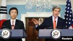 존 케리 미국 국무장관(오른쪽)과 윤병세 한국 외교장관이 지난 1월 미국 워싱턴에서 회담한 후 공동 기자회견을 갖고 있다.