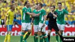 Altercation entre Glenn Whelan (Irlande) et Sebastian Larsson (Suède) sous le regard de l'arbitre Milorad Mazic, lors de l'Euro 2016.