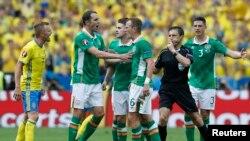 Le duel Suède - Irlande a été domine par l'Irlande avec deux buts marques, dont l'un contre son camp au Stade de France le 13 juin 2016.