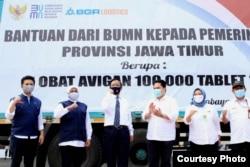 Sejumlah bantuan diserahkan Kementerian BUMN kepada Pemerintah Provinsi Jawa Timur berupa tablet Avigan, APD dan masker medis (foto: Humas Pemprov Jawa Timur).