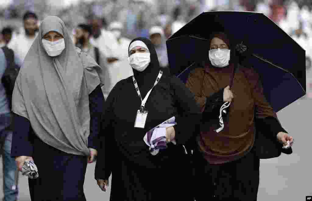 Müsəlman zəvvarlar günorta ibadətinin ardınca Beyt ül-Lah məscidini tərk edirlər. 22 oktyabr, 2012.