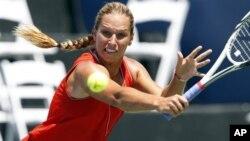 Dominika Cibulkova, petenis Slovakia, maju ke babak kedua piala Kremlin di Moskow setelah mengalahkan Ekaterina Makarova.