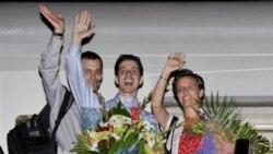 شین باوئر و جاش فتال پس از آزادی در فرودگاه قطر در کنار سارا شورد، که او هم یکسال را در زندان اوین گذراند.