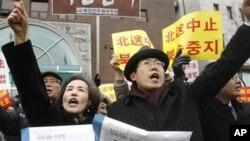 议员朴宣映(左)和牧师彼得•张参加在中国驻首尔使馆附近的集会,呼吁北京不要遣 返朝鲜难民。
