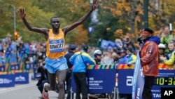 Stanley Biwott a remporté le marathon de New York le 1er novembre 2015. (AP Photo/Kathy Willens)