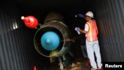 21일 파나마 정부 조사관들이 '청전강'호에서 발견된 미그-21 전투기를 컨테이너 밖으로 꺼내고 있다.