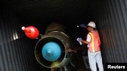Nhân viên Panama điều tra container chứa máy bay chiến đấu MiG-21 tịch thu từ các tàu của Bắc Triều Tiên Chong Chon Gang tại cảng container ở thành phố Colon, 21/7/13