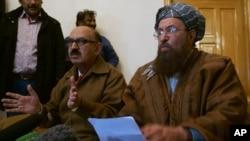 Trưởng đoàn thương thuyết của chính phủ Pakistan Irfan Sadiqui (trái) nói chuyện tại một cuộc họp báo