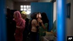 ۲۰۱۳ کال: په افغانستان کې د ښځو د زندان دننه یوه مور خپله لور ښکلوي