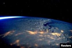 Cơn bão nhìn từ bên ngoài không gian, chụp từ Trạm Không gian Quốc tế ngày 23 tháng 1, 2016.