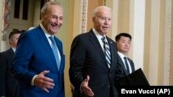 រូបឯកសារ៖ ប្រធានគណបក្សសំឡេងភាគច្រើននៃព្រឹទ្ធសភា លោក Chuck Schumer (ឆ្វេង) និងលោកប្រធានាធិបតី Joe Biden បានមកដល់វិមានសភាសហរដ្ឋអាមេរិក ដើម្បីជួបជាមួយនឹងសមាជិកព្រឹទ្ធសភាខាងគណបក្សប្រជាធិបតេយ្យដទៃទៀត ថ្ងៃទី១៤ ខែកក្កដា ឆ្នាំ២០២១។