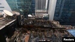 29일 인도 뭄바이의 상업용 건물 꼭대기에 위치한 식당에서 화재가 발생해 건물 전체가 불에 탔다.