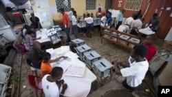 Para petugas pemilu dalam pemilu putaran pertama di Port-au-Prince, Haiti (foto: dok).