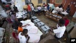 Travayè Eleksyon nan yon biwo vòt nan yon lokal administrasyon piblik nan Pòtoprens, Ayiti. 15 oktòb, 2015