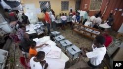 Travayè elektoral nan yon biwo vòt nan Pòtoprens, Ayiti. Foto: 25 oktòb 2015.