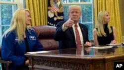 Presiden AS Donald Trump, didampingi astronot NASA Kate Rubins (kiri) dan putrinya Ivanka Trump ketika melakukan konferensi video dengan astronot NASA di Stasiun Antariksa Internasional (ISS) 24 April lalu (foto: ilustrasi). Trump menandatangani instruksi untuk memerintahkan NASA menghidupkan kembali program eksplorasi antariksa berawak, Senin (11/12).