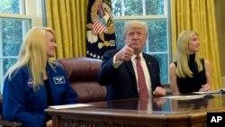 Президент США Дональд Трамп с астронавтом Кэйт Рубинс и дочерью Иванкой Трамп во время телесвязи с астронавтом Пегги Уитсон. Белый дом. 24 апреля 2017 г.
