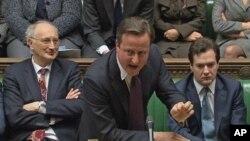 英国首相卡梅伦(中)12月12日在伦敦的议会辩论中