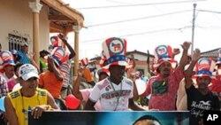 Người dân cầm biểu ngữ có hình của Tổng thống Obama trong một cuộc diễu hành ở Turbaco, 20 km về phía nam của Cartagena, Colombia, 11/4/2012