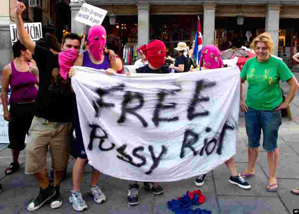 """西班牙首都马德里的外交部外面示威人群拿着呼吁释放""""Pussy Riot""""歌手的标语"""