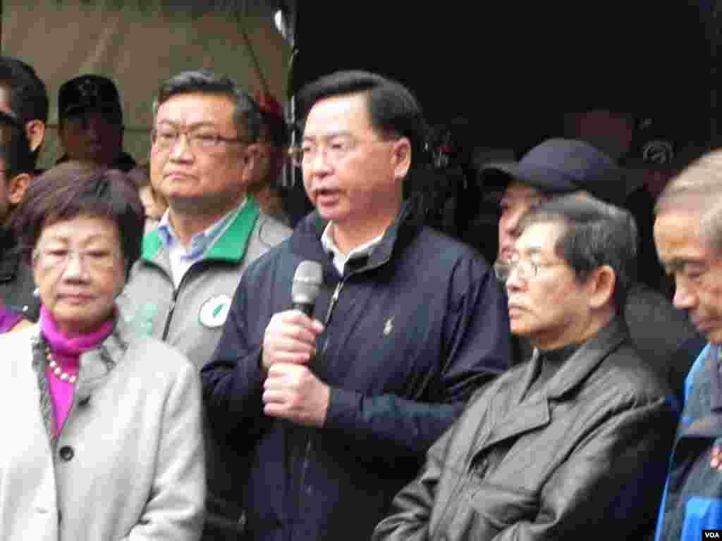 民进党秘书长吴钊燮发言声援吕秀莲。(美国之音许波拍摄)