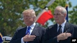 លោកឧត្តមសេនីយ៍ចូលនិវត្តន៍ John Kelly និងប្រធានាធិបតីស.រ.អា. Donald Trump កំពុងគោរពភ្លេងជាតិនៅក្នុងពិធីចែកសញ្ញាប័ត្រនៅវិទ្យាស្ថានឆ្មាំសមុទ្រសហរដ្ឋអាមេរិកនៅទីក្រុង New London រដ្ឋ Connecticut កាលពីថ្ងៃទី១៧ មេសា ២០១៧។
