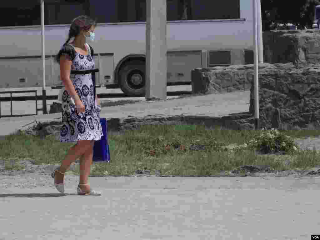 Крымска еще нередко ходят в марлевых повязках.