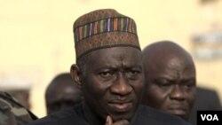 Presiden Nigeria, Goodluck Jonathan mengunjungi kantor polisi yang menjadi sasaran pemboman bunuh diri di kota Kano, Nigeria (22/1).