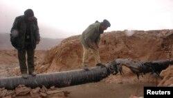 Polisi Pakistan memeriksa pipa gas di provinsi Baluchistan yang diledakkan oleh militan (foto: dok).