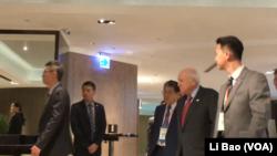 正在台灣訪問的美國前副總統切尼2017年8月8日抵達主旨演講會現場(美國之音黎堡攝)