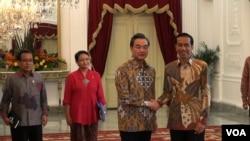 Presiden Joko Widodo dan Menteri Luar Negeri China Wang Yi di Istana Merdeka, Jakarta (3/11). (VOA/Ahadian Utama)
