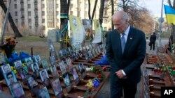 Віце-президент США Джозеф Байден вшановує «Небесну сотню»
