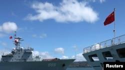 """资料照:参加2014环太平洋联合军演的中国海军""""千岛湖""""综合补给舰(左)2014年6月24日驶过停泊在美国夏威夷军港里的中国海军医疗船""""和平方舟""""。"""