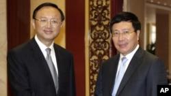 Ủy viên Quốc vụ viện Trung Quốc Dương Khiết Trì và Phó Thủ tướng kiêm Bộ trưởng Ngoại giao Việt Nam Phạm Bình Minh bắt tay trước một cuộc họp tại Hà Nội, ngày 27/10/2014.