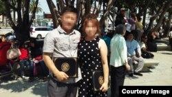 지난 2009년에 탈북해 미국 캘리포니아주 로스앤젤레스 시 외곽에 거주하는 탈북자 제임스 리 씨와 그의 아내가 지난 8월 미국 시민권 증서를 받고 로스앤젤래스 시민센터에서 기념 사진을 찍고 있다.