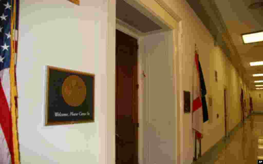"""国会议员办公室,每个办公室门口都贴着""""欢迎,请进""""。"""